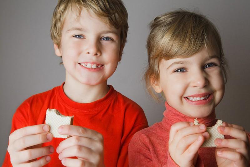 Дети едят вафли
