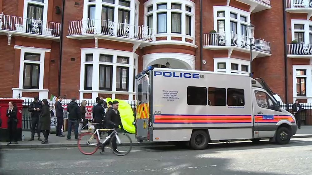 Полиция задерживает Джулиана Ассанжа
