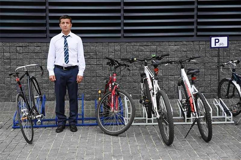 Владимир Зеленский на велопарковке