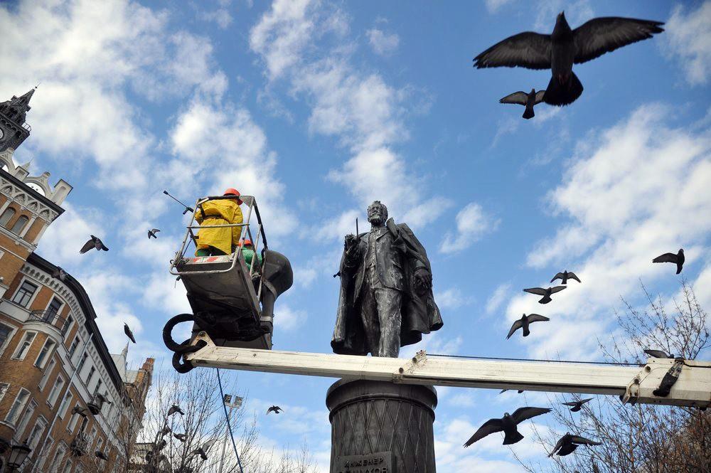 Промывка памятника инженеру Владимиру Шухову на Сретенском бульваре