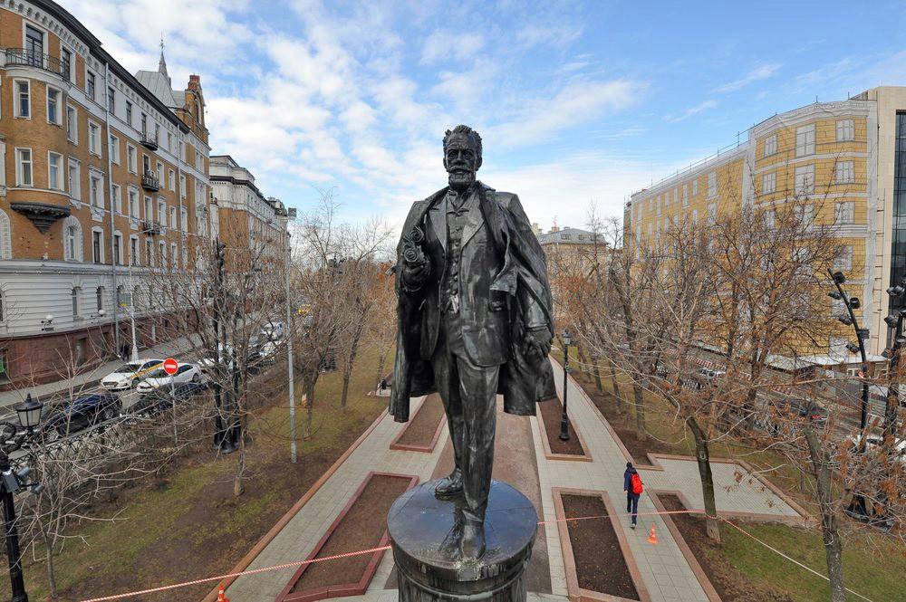 Памятник инженеру Владимиру Шухову на Сретенском бульваре