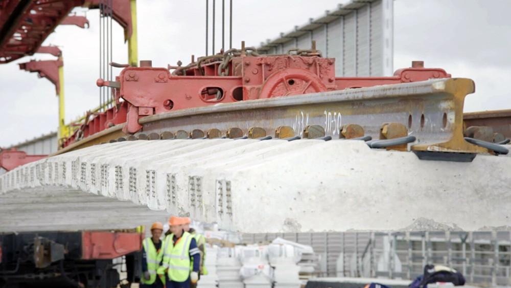Укладка рельсов на Крымском мосту