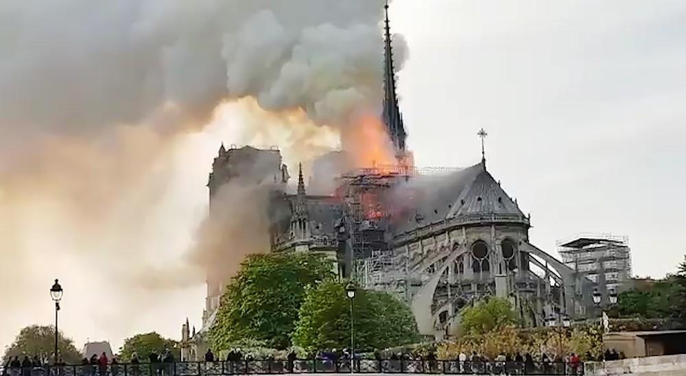 Пожар в сборе Парижской Богоматери