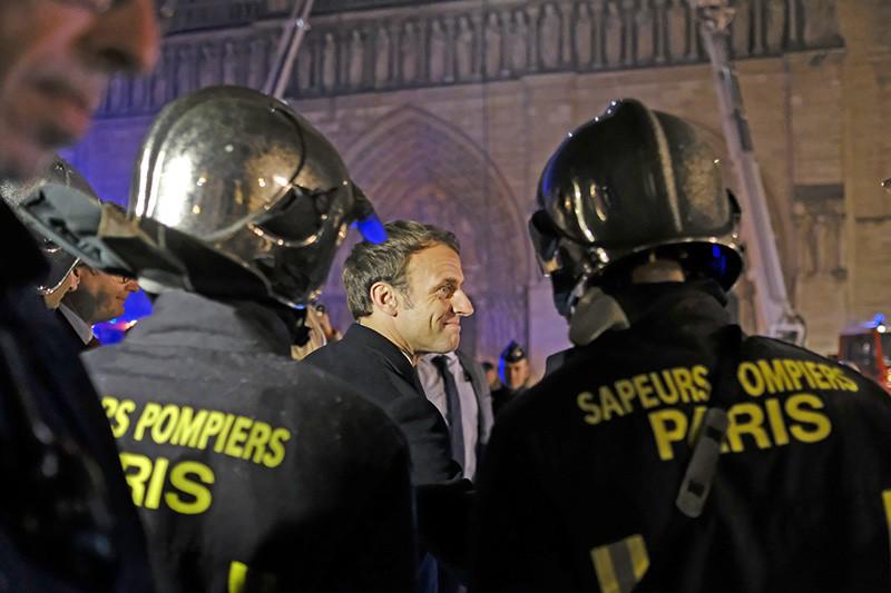 Эммануэль Макрон и пожарные возле собора Парижской Богоматери