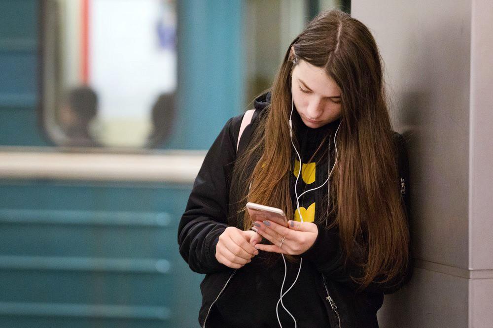 Девушка со смартфоном в метро