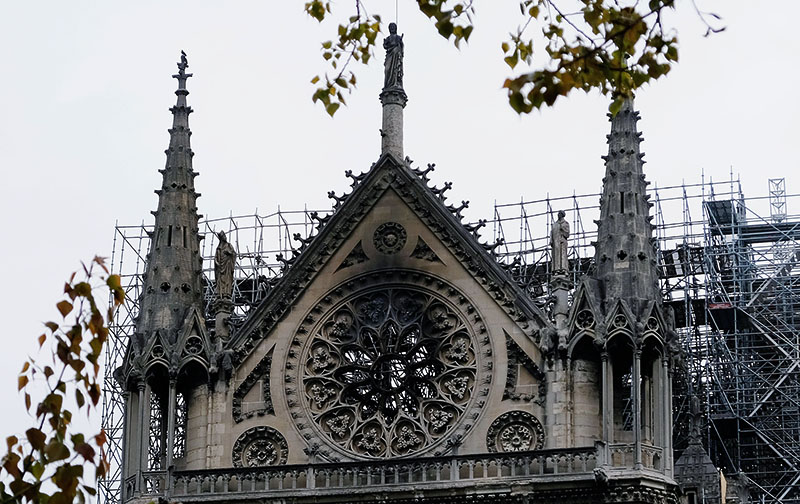 Фасад собора Парижской Богоматери после пожара