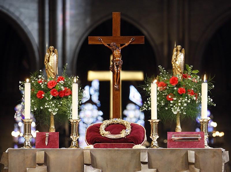Святые мощи на главном алтаре в соборе Парижской Богоматери