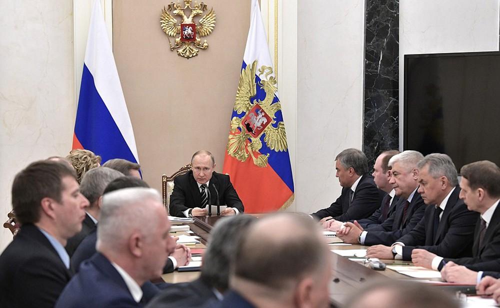 Владимир Путин проводит совещание с членами совбеза