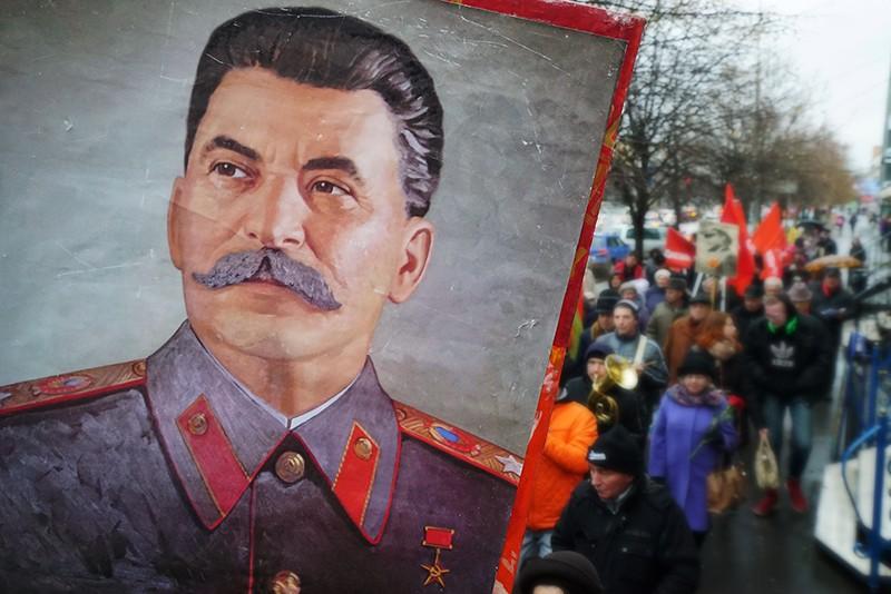 Люди несут портрет Иосифа Сталина
