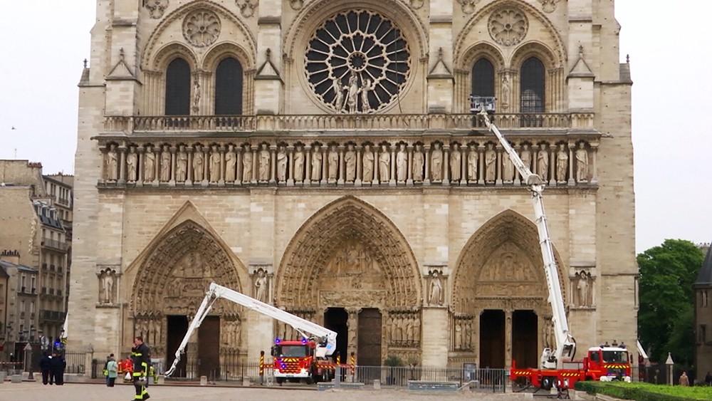 Пожарные возле собора Парижской Богоматери
