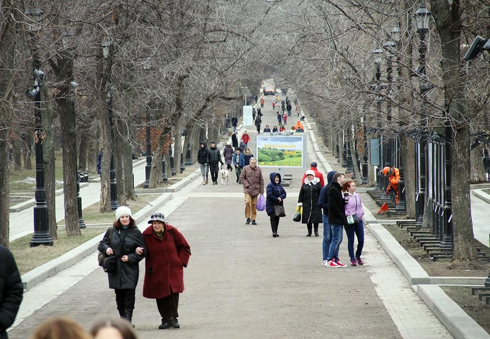 Люди гуляют по бульвару