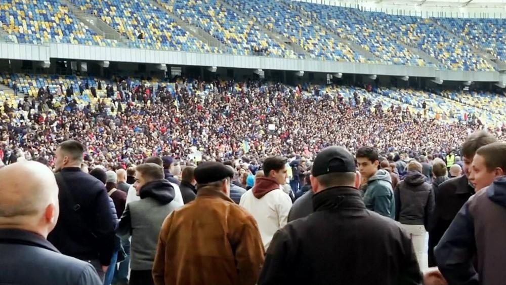 Люди на стадионе в Киеве