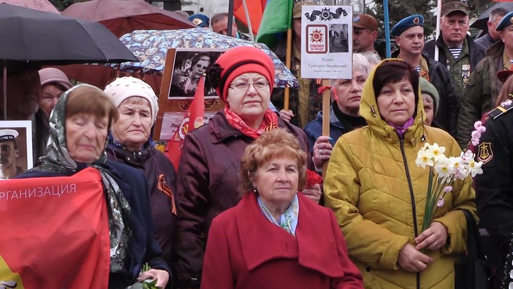 Крымчане возлагают цветы к монументум