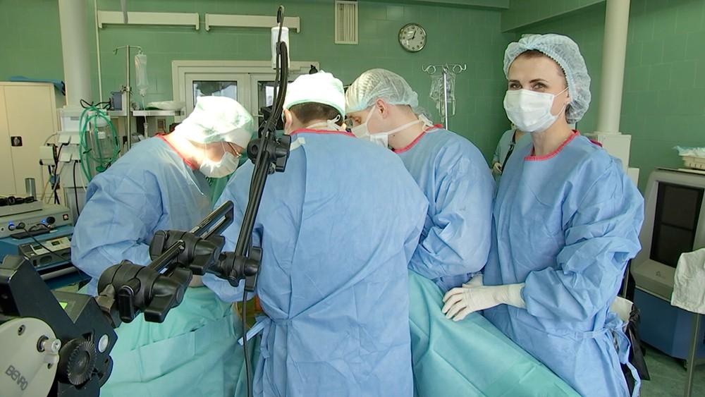Хирург проводят операцию