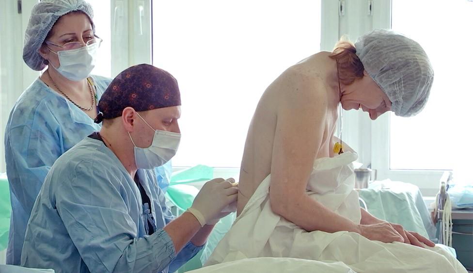 Врачи проводят анестезию