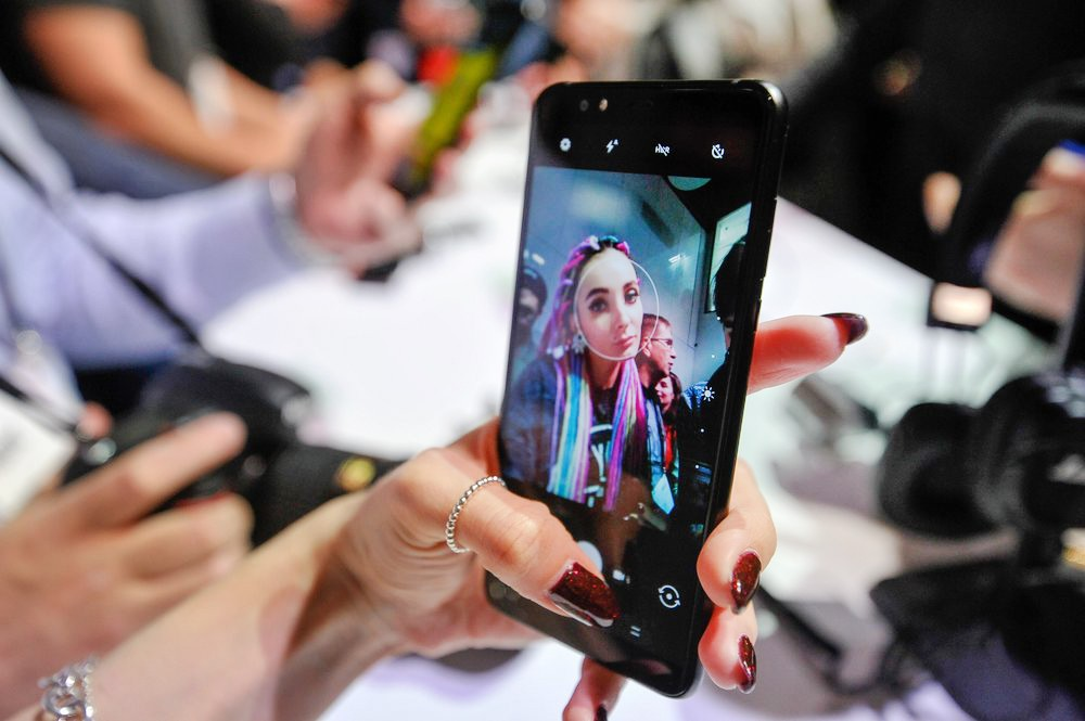 Девушка делает селфи на смартфон