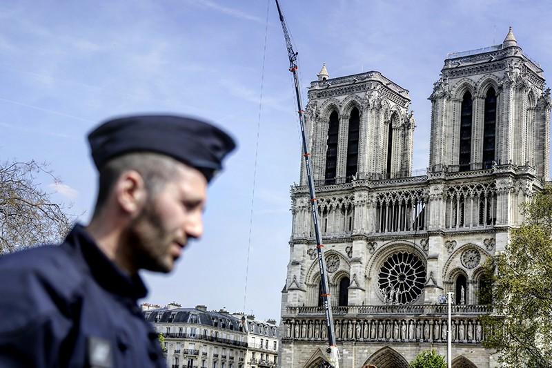 Полиция Парижа возле собора Парижской Богоматери