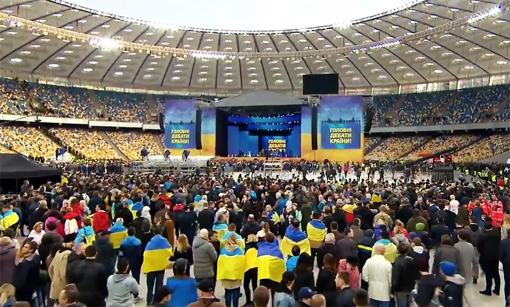 """Сцена для дебатов в """"Олимпийском"""" в Киеве"""