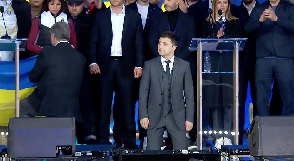 Владимир Зеленский и Пётр Порошенко встали на колени на дебатах