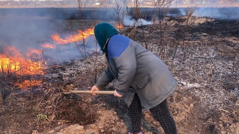 Жители тушат степной пожар