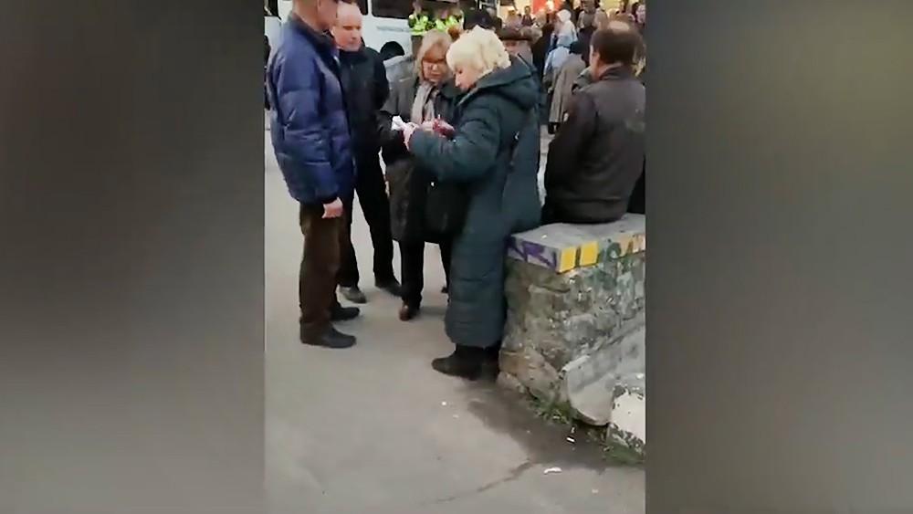Раздача денег перед дебатами Пётра Порошенко и Владимира Зеленского