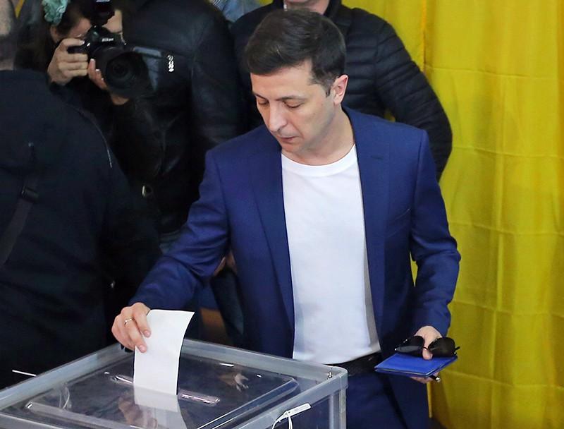 Владимир Зеленский во время голосования на одном из избирательных участков