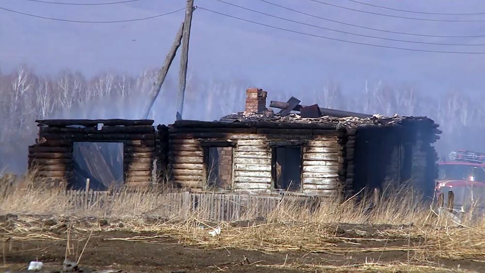 Сгоревший дом от степных пожаров