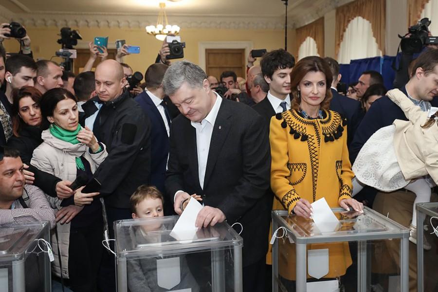 Пётр Порошенко и Марина Порошенко во время голосования на одном из избирательных участков
