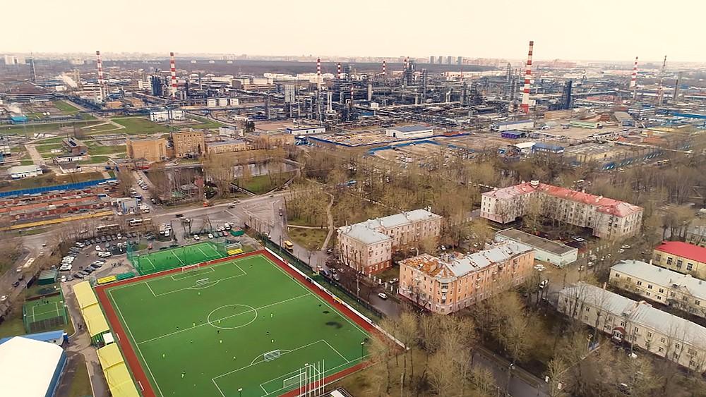 Спортивный стадион  рядом с Московским НПЗ в Капотне