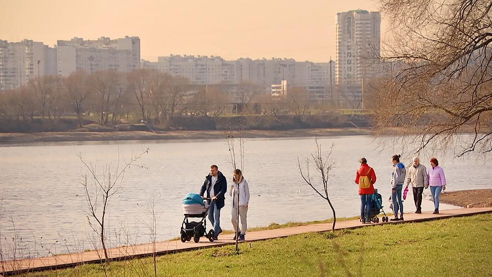 Отдыхающие люди в парке