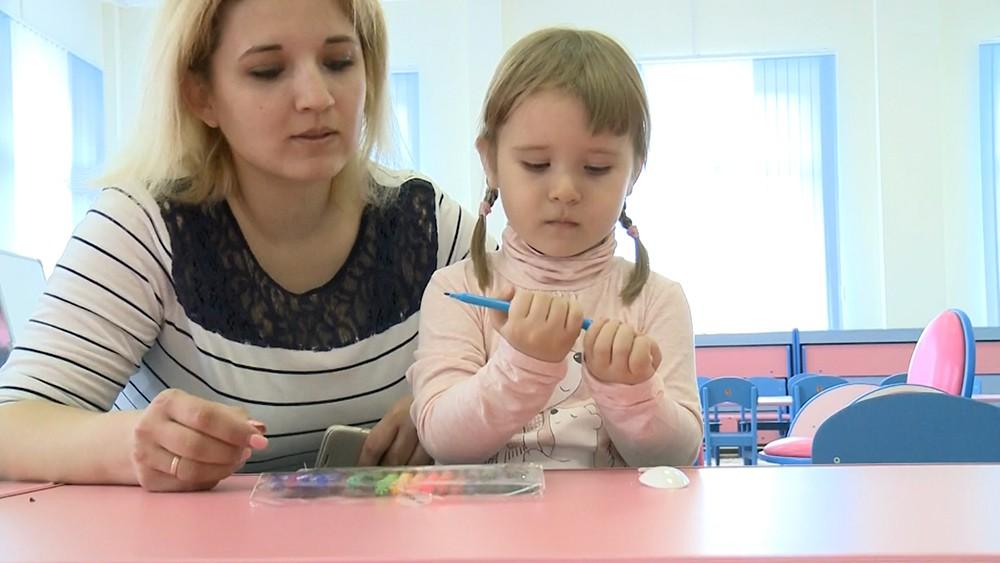 Девочка играет в детском саду