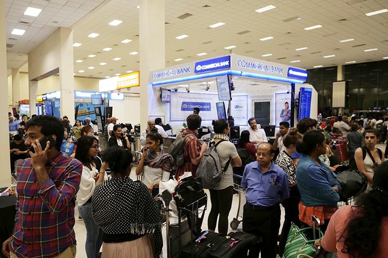 Люди в аэропорту Шри-Ланки