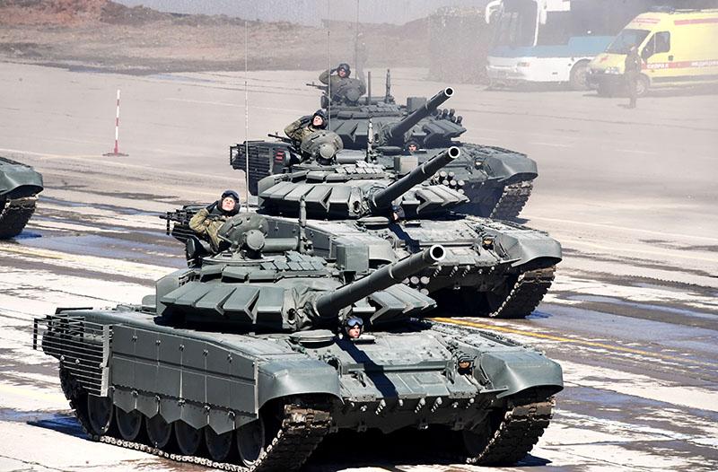 Основной боевой танк Т-72Б3 во время репетиции Парада Победы