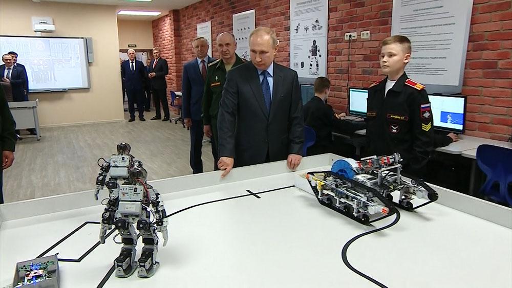 Владимир Путин во время посещения суворовского военного училища