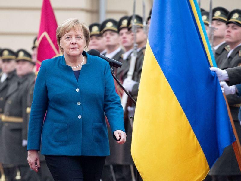 Ангела Меркель и украинский флаг