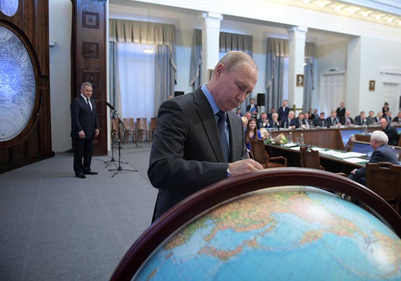 Владимир Путин оставил автограф на глобусе русского первенства после одиннадцатого заседания попечительского совета РГО