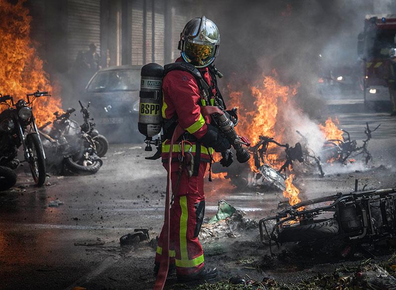 Пожарная служба Франции на месте возгорания