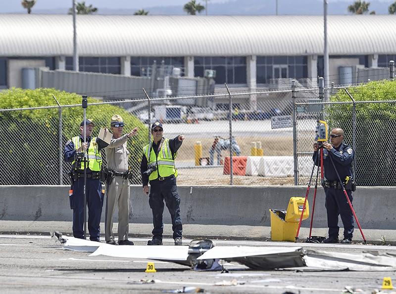 Полиция на месте крушения самолета в Калифорнии