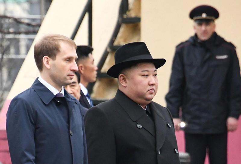 Лидер КНДР Ким Чен Ын и министр РФ по развитию Дальнего Востока Александр Козлов