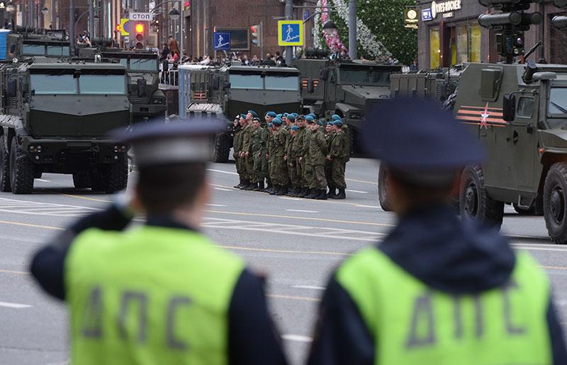Военнослужащие и военная техника на Тверской улице в Москве