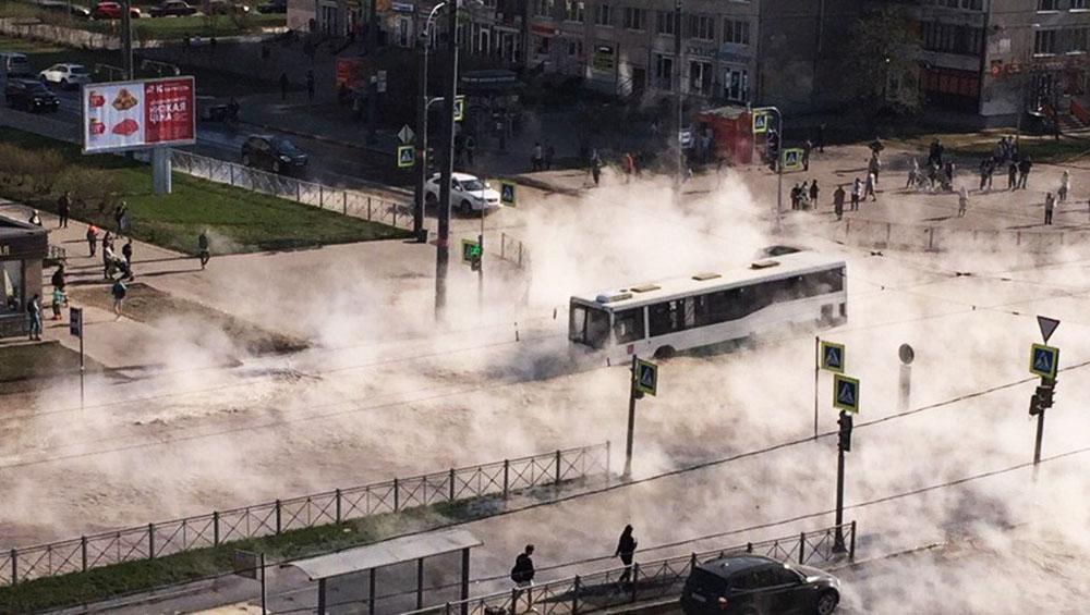 Автобус с пассажирами провалился в яму с кипятком в Петербурге