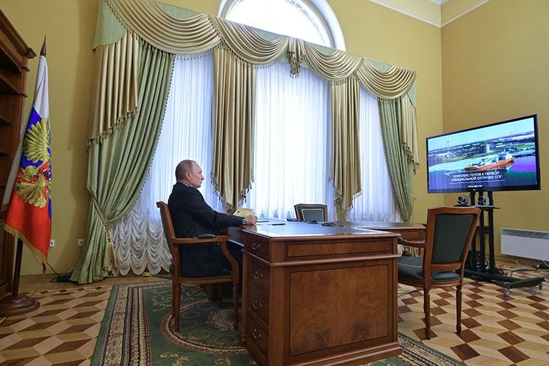 Владимир Путин участвует в режиме видеоконференцсвязи в церемонии официальной отгрузки первой продукции завода по производству сжиженного природного газа