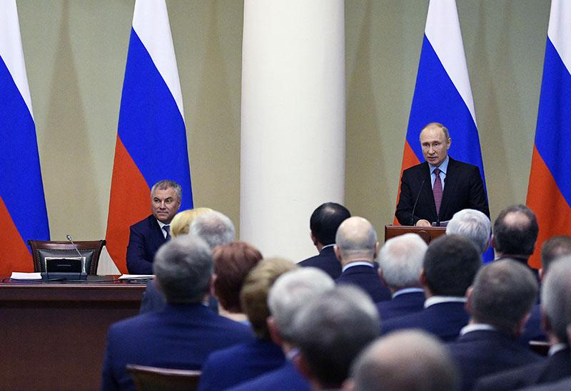 Владимир Путин выступает на встрече с членами Совета законодателей