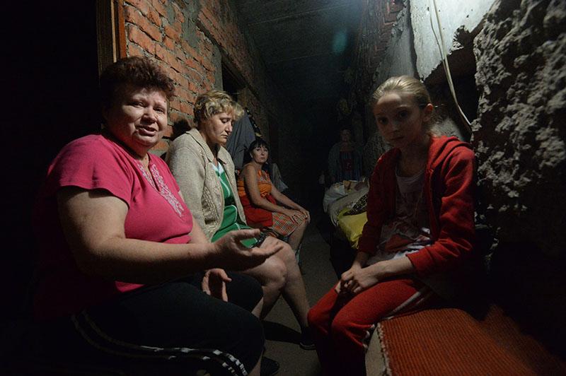 Жители Иловайска в подвале жилого дома спасаются от обстрела города украинской армией