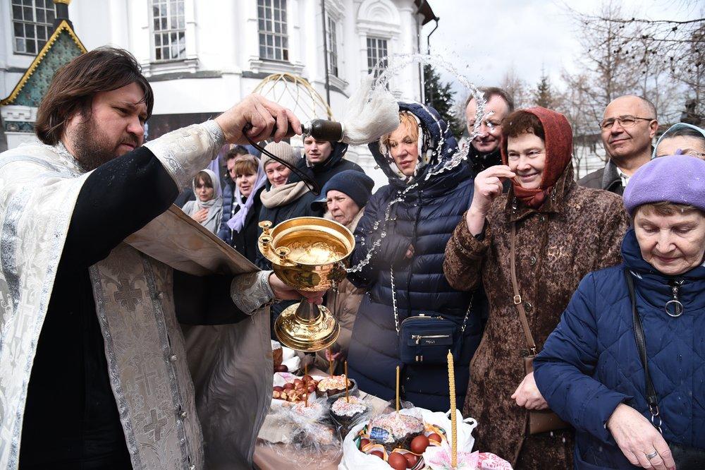 Верующие освящают пасхальные куличи и яйца