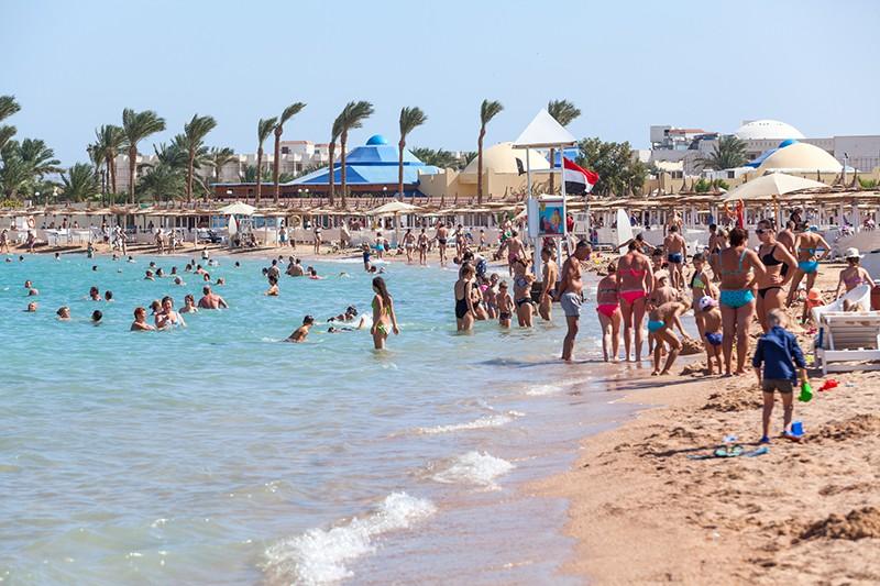 Взрослые и дети на пляже