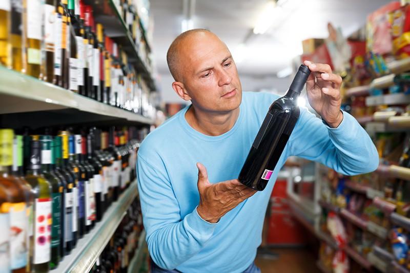 Мужчина выбирает вино