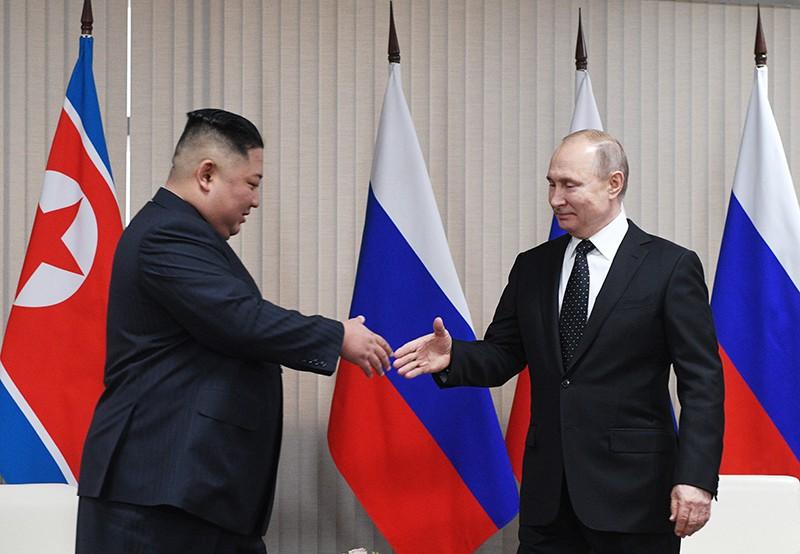Владимир Путин и глава КНДР Ким Чен Ын во время встречи