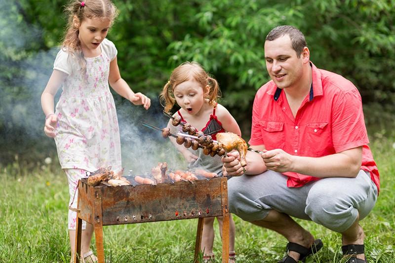 Семья готовит шашлык
