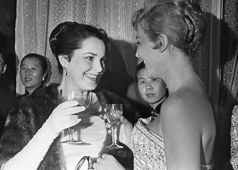 Советская актриса Элина Быстрицкая и актриса из Франции Николь Курсель